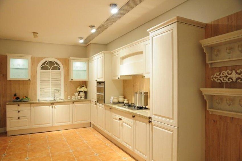 nên sử dụng tủ bếp gỗ sồi nga hay sồi mỹ